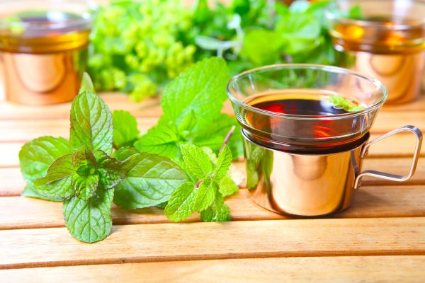 Чтобы снять нервное напряжение, можно выпить чай с добавлением мяты или мелиссы