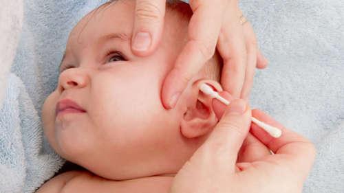 грудничку чистят ухо