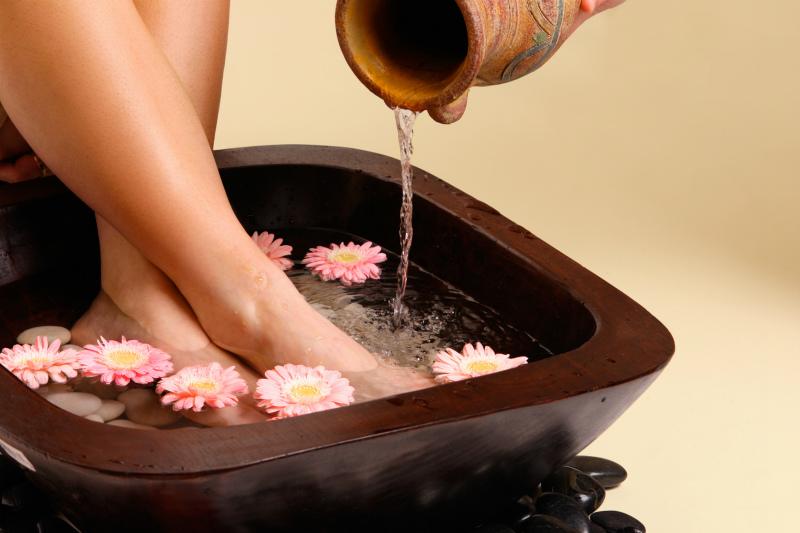 Для лечения так же используются ванночки для ног из травяных сборов.