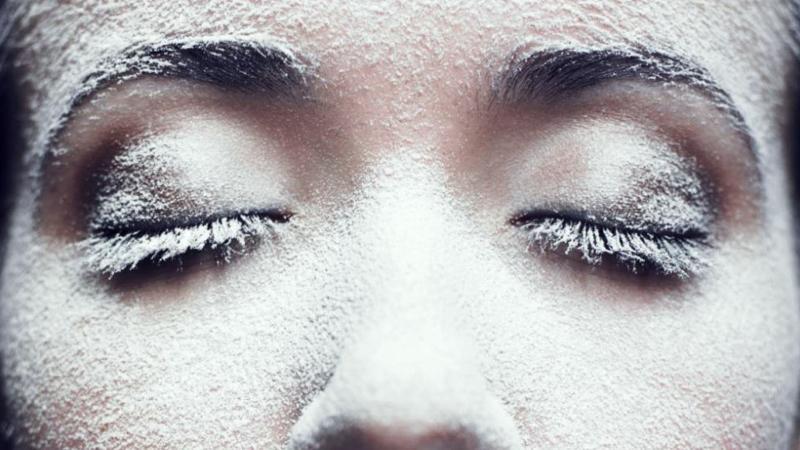Раздражение возникает вследствие интенсивного излучения ультрафиолетового излучения, низкой температуры, обветривания, контакта с бытовой химией