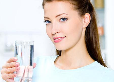 Суточная норма воды для взрослого человека составляет 2-3 литра. Достаточное количество жидкости помогает обмену веществ и нормальному обновлению клеток.