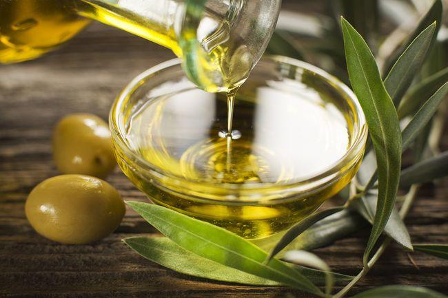 «Ванна Клеопатры» - в стакан молока добавляется пару чайных ложек оливкового масла